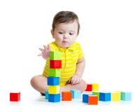 Kindjongen die houten speelgoed spelen Royalty-vrije Stock Afbeeldingen