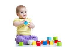 Kindjongen die houten speelgoed spelen Stock Fotografie