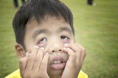 Kindjongen vijf jaar oude handelings zoals een spook Stock Foto