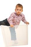 Kindjunge, der aus den Kasten herauskommt Lizenzfreies Stockfoto