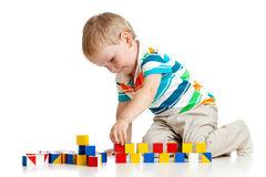Kindjunge, der Spielzeugblöcke spielt stockbild
