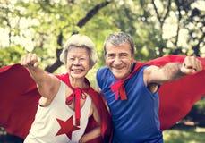 Kindliche Senioren, die Superheldkostüme tragen lizenzfreie stockfotografie