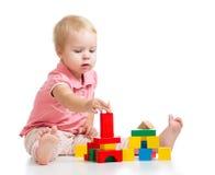Kindmädchen, das Spielzeugblöcke spielt und Kontrollturm aufbaut Lizenzfreie Stockbilder