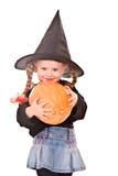 Kindmädchen in der Kostüm Halloween-Hexe mit Kürbis Stockfotografie