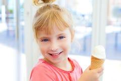 Kindmädchen glücklich mit Kegeleiscreme Lizenzfreie Stockfotos