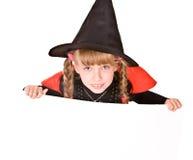 Kindmädchen im Halloween-Hexekostüm mit Fahne. Stockbild