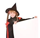 Kindmädchen im Halloween-Hexekostüm mit Fahne. Stockfoto