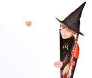 Kindmädchen im Halloween-Hexekostüm mit Fahne. Stockbilder