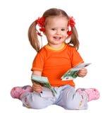 Kindmädchen im orange T-Shirt mit Geldeuro. Lizenzfreie Stockfotos