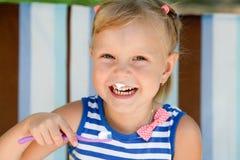 Kindmeisje het borstelen tanden Royalty-vrije Stock Afbeelding
