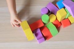 Kindmeisje het spelen aannemersspeelgoed thuis stock foto
