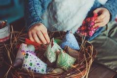 Kindmeisje het spelen met paaseieren en met de hand gemaakte decoratie in comfortabel buitenhuis Royalty-vrije Stock Foto's
