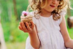 Kindmeisje het spelen met zoute die deegcake met bloem wordt verfraaid Stock Afbeelding