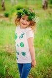 Kindmeisje in met de hand gemaakt kroon en overhemd met bladdrukken, de ambachtconcept van de de zomeraard Royalty-vrije Stock Foto's