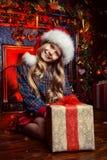 Kindmeisje met een gift Stock Foto's