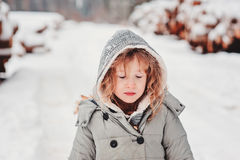 Kindmeisje met gesloten ogen op de gang in de winterbos Stock Fotografie