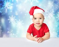 Kindmeisje op de lege ruimteachtergrond van de Kerstmishoed royalty-vrije stock afbeeldingen