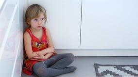 Kindmisbruik Een bang gemaakt kind Het beledigde meisje zit op de vloer stock videobeelden
