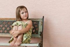Kindportrait - stationierend auf Bank lizenzfreie stockfotos