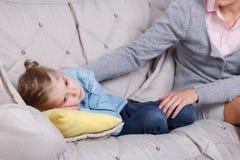 Kindpsycholoog met een klein meisje Stock Afbeelding