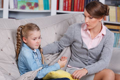 Kindpsycholoog met een klein meisje Royalty-vrije Stock Foto