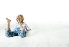 Kindrückseite, die sich, vorwärts schauend hinlegt Lizenzfreie Stockbilder