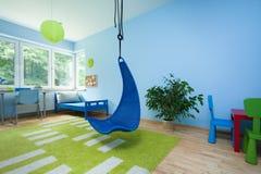 Kindruimte met het hangen van stoel Stock Foto