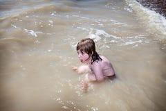 Kindschwimmen, die Meer spielt Lizenzfreies Stockbild