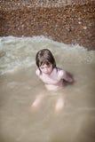 Kindschwimmen, die Meer spielt Stockfotografie