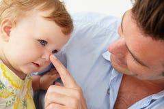 Kindse vader met babydochter thuis Stock Afbeelding