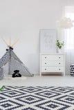 Kindslaapkamer met opmaker stock afbeeldingen