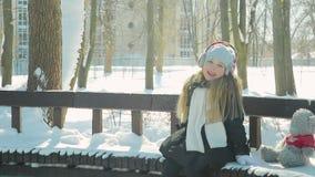 Kindspelen in het de winterpark stock footage