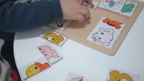 Kindspelen met een raadsel Sluit omhoog handen stock footage