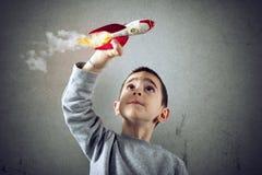 Kindspelen met een raket Concept verbeelding stock foto's
