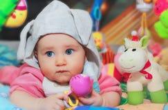 Kindspelen met een rammelaar Royalty-vrije Stock Fotografie