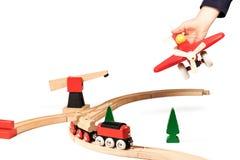 Kindspelen met houten vliegtuig stock fotografie