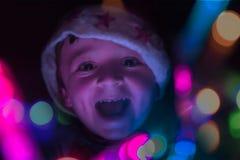 Kindspelen met Kerstmislichten Royalty-vrije Stock Foto
