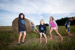Kindspiel am Feld Stockbilder