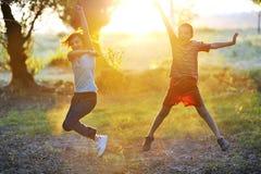 Kindspiel gegen die Sonne Stockbilder