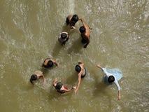 Kindspiel im Wasser Stockbild