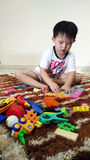 Kindspiel mit Spielwaren stockfotos