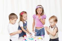 Kindspiel mit Spielwaren gegen weißen Hintergrund Lizenzfreies Stockbild