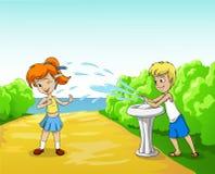 Kindspiel mit Wasser am Sommertag Lizenzfreies Stockfoto