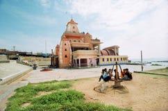 Kindspiele nähern sich dem Gandhi Denkmal Stockbild
