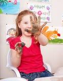 Kindspielen mit Lehm im Spielraum. Lizenzfreies Stockfoto