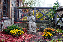 Kindstatue im Garten Stockfotos