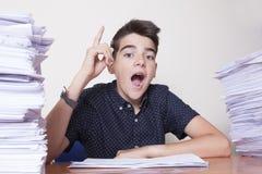 Kindstudent op het bureau royalty-vrije stock foto
