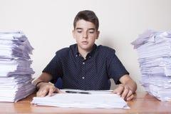 Kindstudent op het bureau royalty-vrije stock afbeelding