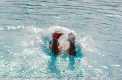 Kindswims und -sturzflüge im Pool Stockfotografie