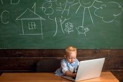 Kindtype weblog artikel in laptop computer Weinig blogger houdt weblog op schoolwebsite royalty-vrije stock foto's